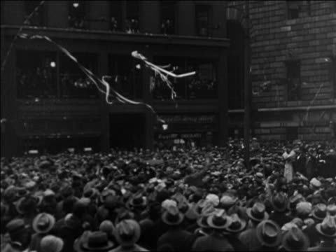 vidéos et rushes de pan crowd at parade for al smith's campaign / titles read chicago / documentary - 1928
