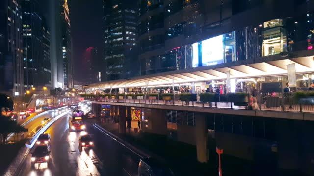 vídeos de stock, filmes e b-roll de multidão em forma de passeio público na cidade de hong kong à noite - sinais de cruzamento