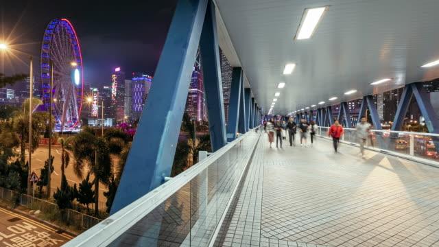 menge an öffentlichen weg in hong kong inselstadt bei nacht, die zeit verfallen - besichtigung stock-videos und b-roll-filmmaterial