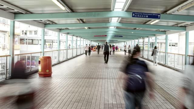 menge an öffentlichen weg in mongkok, hong kong city, zeitraffer - besichtigung stock-videos und b-roll-filmmaterial