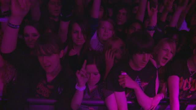 vídeos de stock e filmes b-roll de slo mo ha ms pan crowd at rock concert / london, united kingdom - música heavy metal