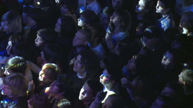 vídeos de stock e filmes b-roll de slo mo ms ha crowd at rock concert / london, united kingdom - música heavy metal