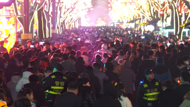 t/l crowd at scenic spot for celebrate chinese spring festival / xi'an, shaanxi, china - 春節点の映像素材/bロール