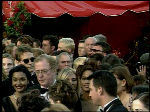 stockvideo's en b-roll-footage met crowd at the 1998 academy awards arrivals at the shrine auditorium in los angeles california on march 23 1998 - 70e jaarlijkse academy awards