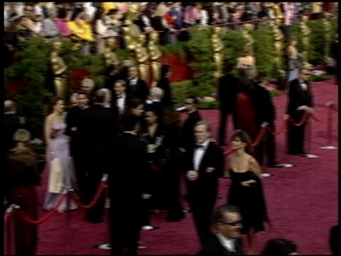 vidéos et rushes de crowd at the 2004 academy awards arrivals at the kodak theatre in hollywood, california on february 29, 2004. - 76e cérémonie des oscars