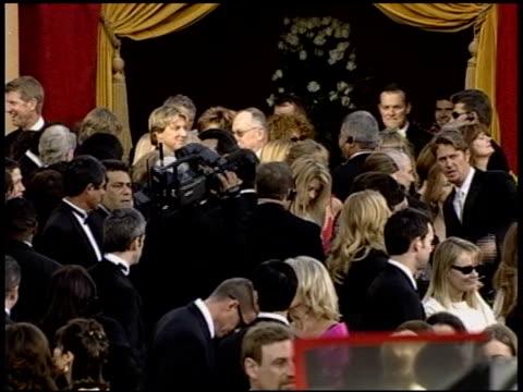 vídeos de stock e filmes b-roll de crowd at the 2004 academy awards arrivals at the kodak theatre in hollywood california on february 29 2004 - 76.ª edição da cerimónia dos óscares