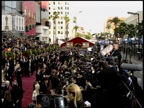 stockvideo's en b-roll-footage met crowd at the 2004 academy awards arrivals at the kodak theatre in hollywood, california on february 29, 2004. - 76e jaarlijkse academy awards