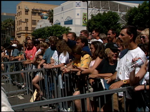 stockvideo's en b-roll-footage met crowd at the dedication of james brolin's hollywood walk of fame star at 7018 hollywood blvd in los angeles, california on august 27, 1998. - james brolin