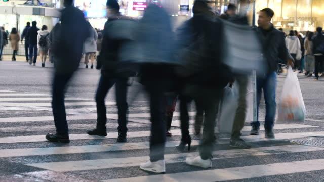 vídeos de stock, filmes e b-roll de multidão no cruzamento mexido em shibuya, tóquio japão - cruzando