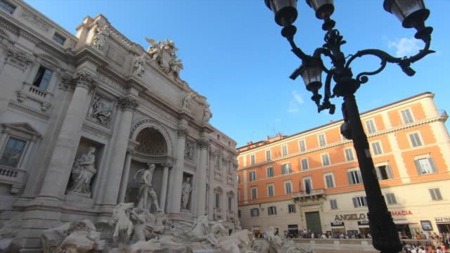 a crowd at the trevi fountain in rome, italy, europe. - slow motion - fontana struttura costruita dall'uomo video stock e b–roll