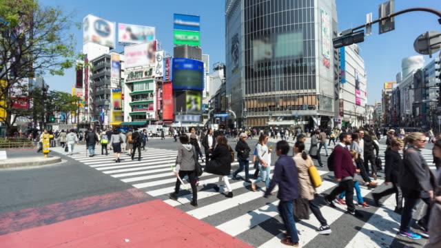 東京渋谷の交差点の通りで観客