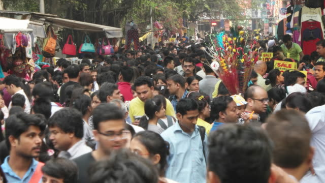 vidéos et rushes de a crowd bazar in india delhi - trottoir