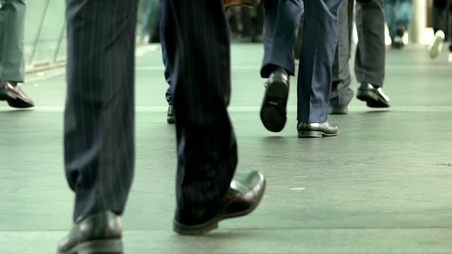 道を歩いてビジネス人々 を群衆します。