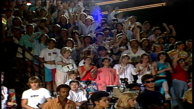 crowd cheering and clapping at dragnet red carpet premiere in los angeles, california - 1987 bildbanksvideor och videomaterial från bakom kulisserna