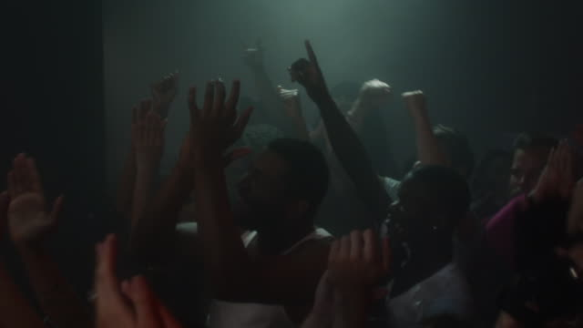 vídeos de stock, filmes e b-roll de slo mo crowd cheering band on stage at nightclub / new york, new york - rock moderno