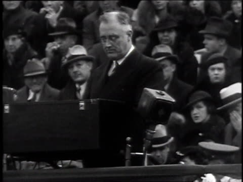 vidéos et rushes de crowd cheering / fdr speaking - 1935