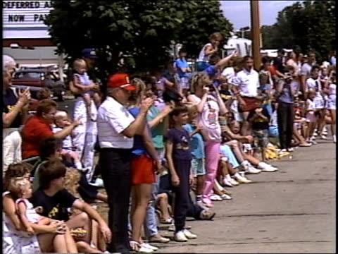 vídeos de stock, filmes e b-roll de crowd cheering for mayor and miss austin 1987 - rainha de beleza