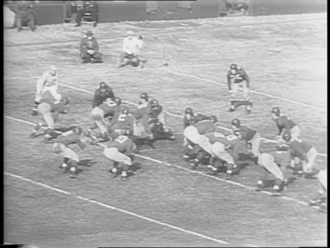 vídeos de stock e filmes b-roll de crowd cheering / montage of game play arnie herber passes to frank liebel in third quarter and he scores redskin sammy baugh passes to frank filchock... - terceiro quarto de tempo