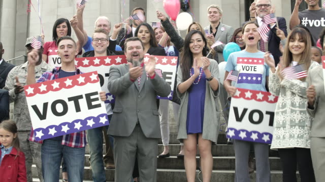 stockvideo's en b-roll-footage met a crowd clapping and applauding - politieke bijeenkomst