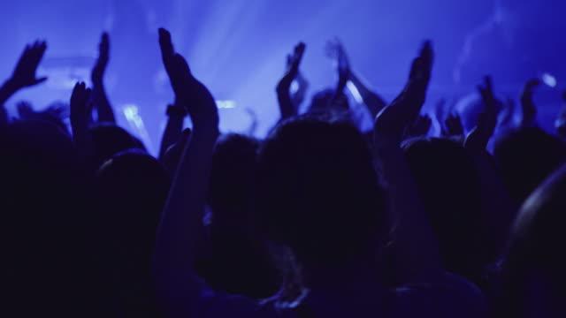 publiken klappar händerna på konsert - applådera bildbanksvideor och videomaterial från bakom kulisserna