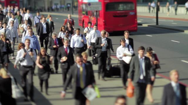 vidéos et rushes de ws selective focus crowd crossing london bridge / london, united kingdom - london bridge angleterre