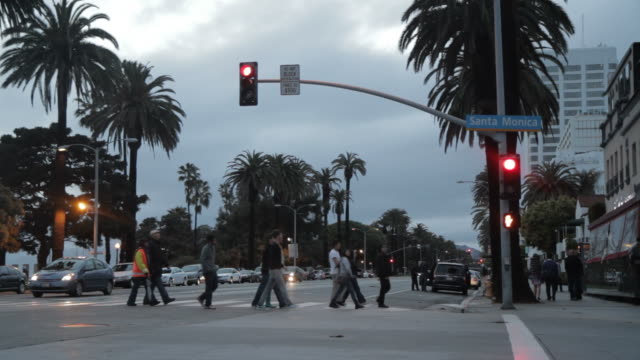 stockvideo's en b-roll-footage met crowd crossing stata monica boulevard - street name sign