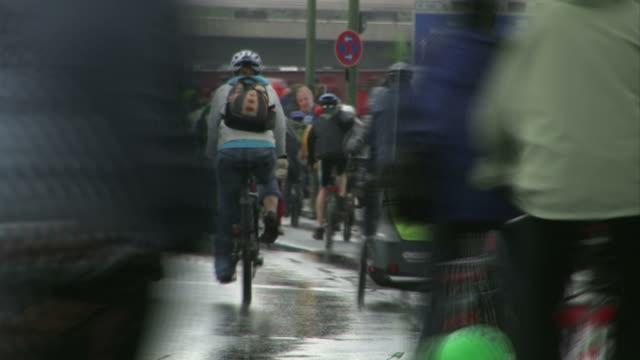 crowd-radfahren im regen - helm stock-videos und b-roll-filmmaterial