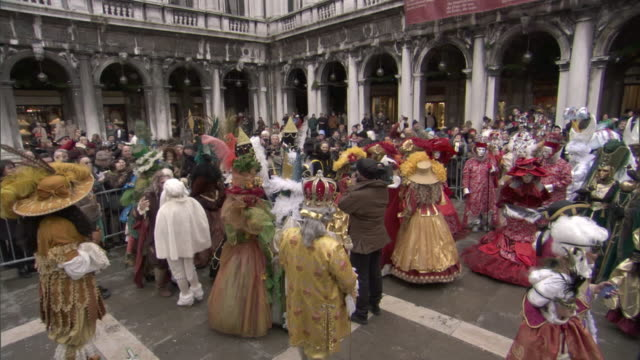 ms crowd dressed in lavish costumes for carnevale in venice / venice, veneto, italy - fasching stock-videos und b-roll-filmmaterial