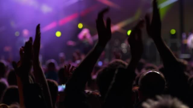 vídeos y material grabado en eventos de stock de ds crowd enjoying at a night concert - dolly shot
