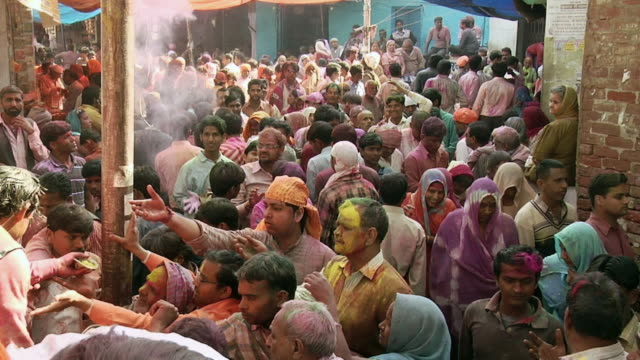 ms crowd enjoying holi at barsana / mathura, uttar pradesh, india - menschliche gliedmaßen stock-videos und b-roll-filmmaterial