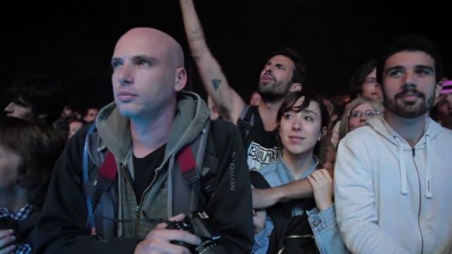 vídeos de stock, filmes e b-roll de crowd enjoying one of the concerts at the primavera sound music festival in barcelona on may 24 2013 primavera sound festival 2013 at parc del forum... - festivaleiro