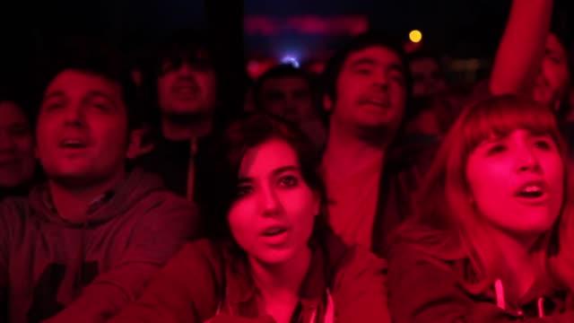 stockvideo's en b-roll-footage met crowd enjoying one of the concerts at the primavera sound music festival in barcelona. primavera sound festiva 2013 at parc del forum, barcelona. on... - festivalganger