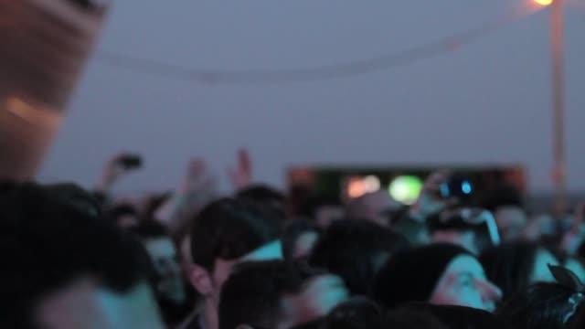 vídeos de stock, filmes e b-roll de crowd enjoying one of the concerts at the primavera sound music festival in barcelona primavera sound festival 2013 at parc del forum barcelona on... - festivaleiro