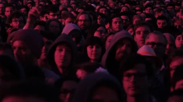 vídeos de stock, filmes e b-roll de crowd enjoying one of the concerts at the primavera sound music festival in barcelona primavera sound festival in barcelona 2013 at parc del forum... - festivaleiro