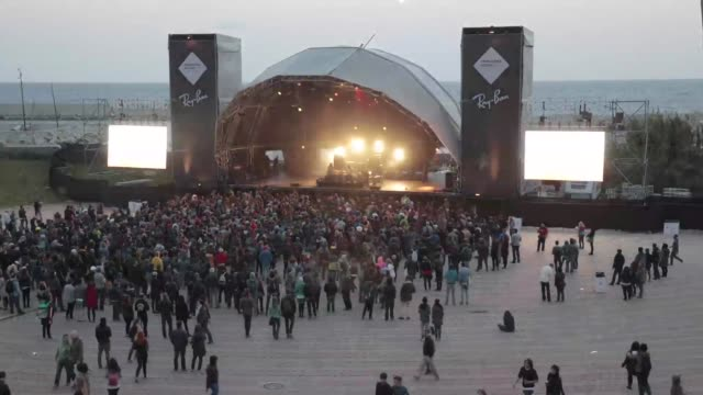 vídeos de stock, filmes e b-roll de crowd enjoying one of the concerts at the primavera sound music festival in barcelona spain on may 24 2013 primavera sound festival in barcelona 2013... - festivaleiro