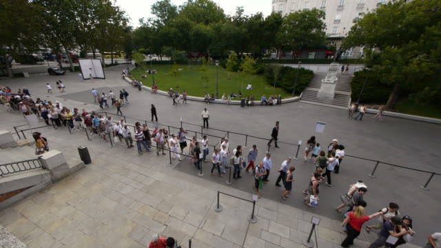 crowd entering museum in madrid, spain. - fare la fila video stock e b–roll