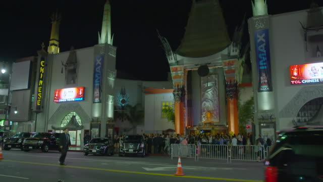 vidéos et rushes de ws pan crowd gathered for event at grauman's chinese theatre / hollywood boulevard, hollywood, city of los angeles, california, united states - hollywood boulevard
