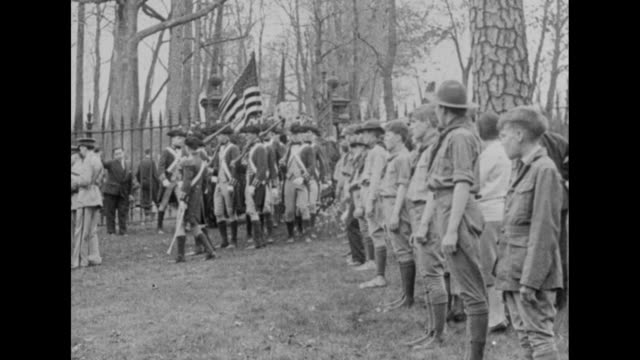 stockvideo's en b-roll-footage met crowd gathered in front of plantation house / band marching in front of formation of boy scouts followed by men in colonial military uniforms /... - virginia amerikaanse staat
