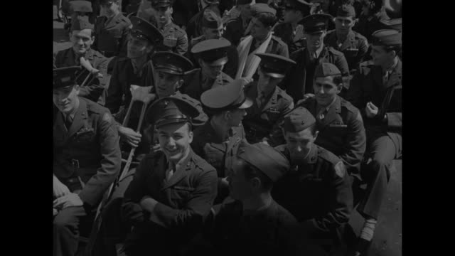 vídeos de stock, filmes e b-roll de crowd gathered in times square around iwo jima flagraising statue / three shots of wounded us marines seated in audience / ws crowd gathered for... - réplica da estátua da liberdade réplica