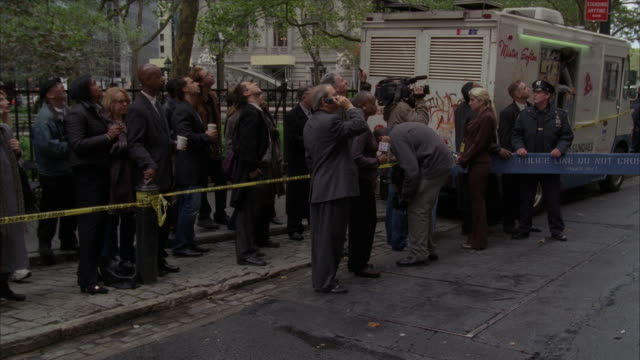vidéos et rushes de crowd gathered near a crime scene in new york city. - crimes et délits