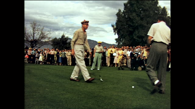 crowd gathered to watch bob hope and del web play golf from different angles on the golf course - ボブ ホープ点の映像素材/bロール