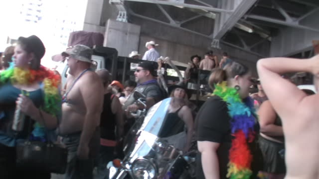 """crowd gathered until the bridge, people dressed in bdsm costume; people in animal masks; truck with rainbow colored """"2009""""; folsom street fair - fetischismus stock-videos und b-roll-filmmaterial"""