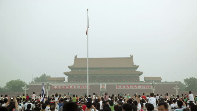 la crowd gathering in front of tiananmen square gate / beijing, china - besichtigung stock-videos und b-roll-filmmaterial