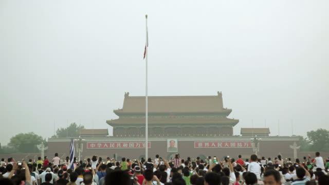 vídeos y material grabado en eventos de stock de  la crowd gathering in front of tiananmen square gate / beijing, china - noreste de china