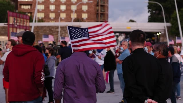 vídeos y material grabado en eventos de stock de crowd gathers at the american veterans memorial pier for a 9/11 community vigil on september 11, 2020 in bay ridge, brooklyn, new york city. 2020's... - patriotismo