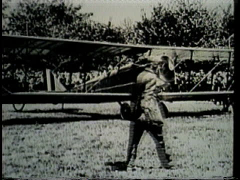 a crowd gathers to witness the first delivery via airmail. - 航空便点の映像素材/bロール
