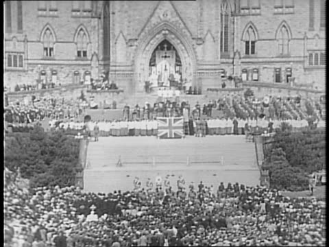 vídeos y material grabado en eventos de stock de crowd having mass on parliament hill / group of officials / protestant service, cross and altar / altar boys turning around / crowds / national war... - víctima de accidente