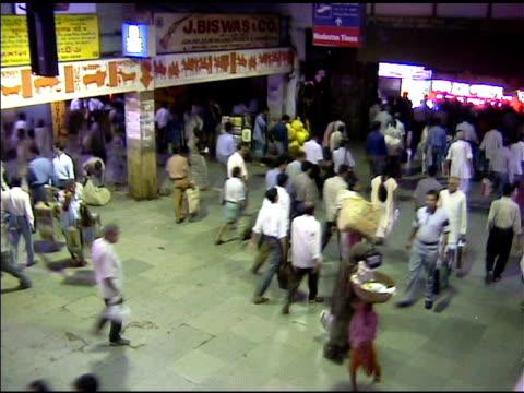 stockvideo's en b-roll-footage met crowd in calcutta india train station - calcutta