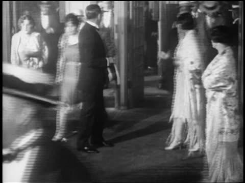 stockvideo's en b-roll-footage met b/w 1927 crowd in formalwear at opening night of glorifying the american girl in nyc / newsreel - 1927