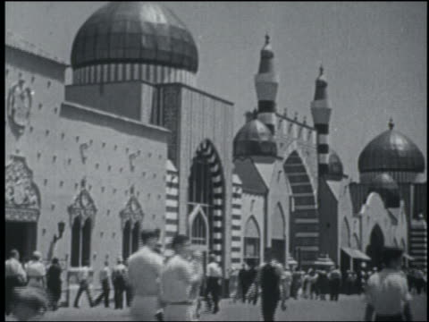 B/W 1933 crowd in front of building with onion domes at Chicago World's Fair